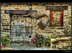 Fachada, N 10 (Josepargil) Tags: cortina ventana puerta fachada macetas pimientos palas foco larioja santamarina gatera n10 canoneos7d josepargil