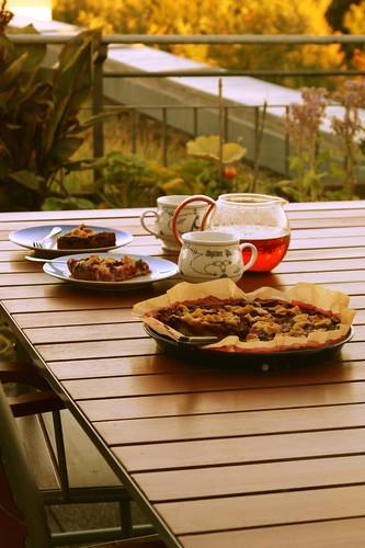 Mesa en la terraza con tarta y tazas