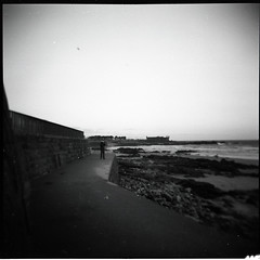 (...storrao...) Tags: sunset sea sky blackandwhite bw man muro 6x6 film praia portugal holga sand pb porto filme homem pretoebranco 120mm lateafternoon matosinhos holgagraphy selfdeveloped rochas onfilm gp3 shanghaigp3 ilfotechc ilfordilfotechc film:iso=125 epsonv500photo storrao sofiatorro developer:brand=ilford film:brand=shanghai film:name=shanghaigp3100 shanghaigp3100asa developer:name=ilfordilfotechc filmdev:recipe=6005