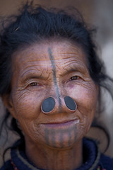 Arunachal Pradesh : Apatani, the portraits #3 (foto_morgana) Tags: portrait people india tattoo asia tribal ethnic tattooing minorities noseplug arunachalpradesh reru apatani indigenoustribes tiigo lowersubansiri zirocircle