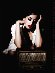 radio days (Isidr☼ Cea) Tags: girl radio glamour chica rosa nostalgia cassie labios cabaret domingueando strobist radioantigua olympuse520 las13muertes isidrocea fsuro111010171010 isidroceagmailcom