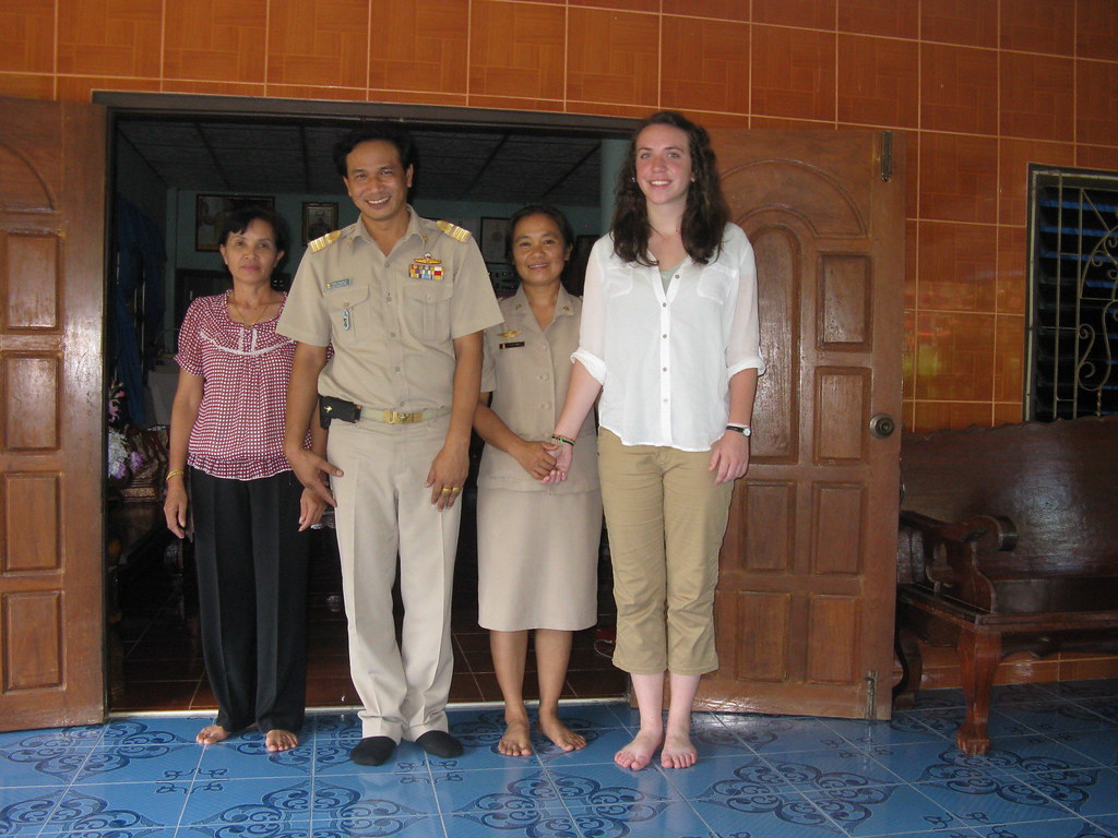 Mundo Exchange volunteer Annie with host family and teacher