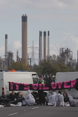 Oil refineries blockaded - photo by Kristian Buus