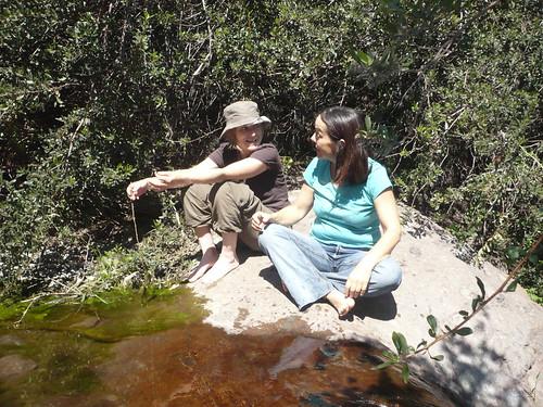 Rebeca y Katy, se mojan los pies