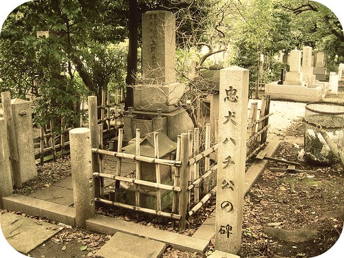 800px-Grave_of_Hidesaburo_Ueno_and_monument_of_Hachiko,_in_the_Aoyama_Cemetery