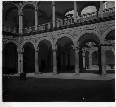 Patio del Hospital Tavera en los años 20. Fotografía de Ángel del Campo Cerdán