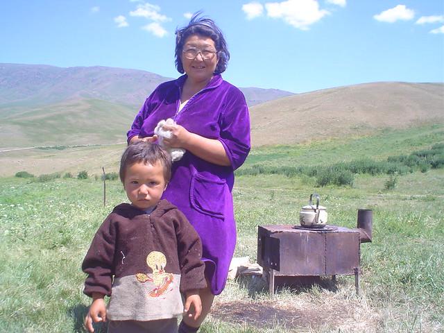 fotografia deste nómadas cazaques nas montanhas a sudeste do Cazaquistão