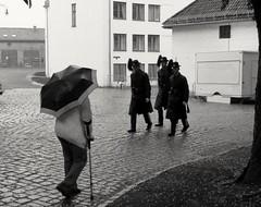 Paseos (Bonsailara1) Tags: bonsailara1 oslo noruega norway blackandwhite blancoynegro paseo stroll paraguas umbrella walking soldados soldiers fort fuerte