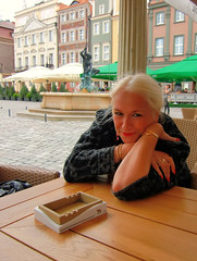 Exhausted Tourist at Bee Jays - Poznan (ShambLady) Tags: old city blue houses bar square cafe pub colours market terrace bodylanguage poland polska polish baltic historic pole polen historical nightlife colourful merchants plein 2009 terras pol