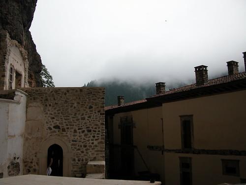 DSCN0327 Monastère de Sümela, vue vers bâtiments côté vide