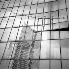 Grue compte triple (philoufr) Tags: blackandwhite reflection building 6x6 square noiretblanc crane reflet grue immeuble ilfordfp4 parisladfense agfaisoletteii epsonperfectionv500photo carrfranais