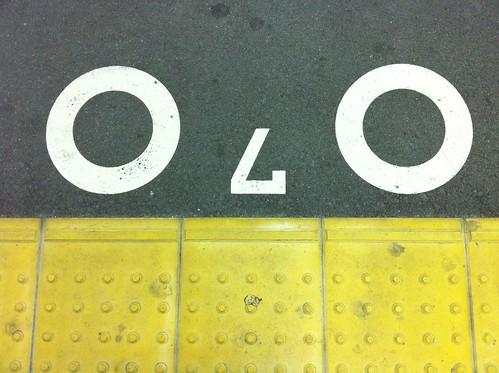 今日の写真 No.7 – 駅で見かけるいろんな顔/iPhone4
