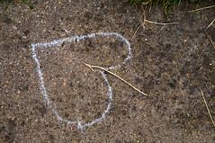Spade (pni) Tags: uk england detail grass sign chalk heart unitedkingdom drawing straw ground wiltshire footpath avebury washere henge  skrubu pni uk10 pekkanikrus