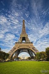 Torre Eiffel - Tour Eiffel - Eiffel Tower - Eiffelturm -  (rbpdesigner) Tags: blue sky paris slr tower tourism azul frankreich europa europe ledefrance torre eiffeltower frana icon cu bleu toureiffel torreeiffel 75007 5d blau eiffelturm turismo francia parijs pars  parigi  pary eiffeltoren cone parys    eiffeltrnet llens canoneos5d eyfelkulesi pariis  canonllens wieaeiffla parizo  lentel canonef1635mmf28liiusm velhomundo  eiffelturo velhocontinente pars gettyimagesfranceq2