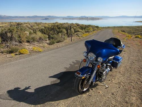 L'Electra Glide devant Mono Lake