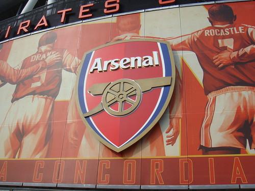 Escudo del Arsenal F.C. en el medio de un poster