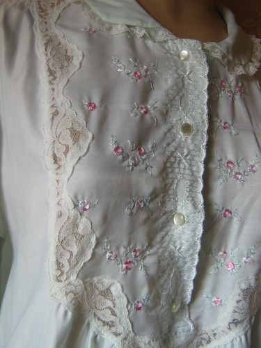 EMBOROIDERy barbizon nightgown vintageoutlet.ecrater.com