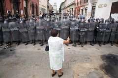 Oaxaca, Mexico, 03.11.06, Protest gegen die Besetzung des Zocalo durch die Nationale Aufstandsbekämpfungspolizei (froesch) Tags: oaxaca indios polizei lehrer mex repression militär gewalt oaxacamexico aufstand gewerkschaft barrikade mexmexico militšr