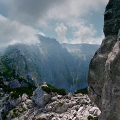 On the edge of the Hoher Göll (B℮n) Tags: kehlstein kehlsteinmountain 1834m berchtesgaden kehlsteinhaus gorge gipfelkreuz göll mountaintopcross panoramicview vertoramic sappensteig eaglesnest ofenerboden hiking königssee berchtesgadenvalley bavaria southofgermany vista hohergöll viewonhohergöll hohergöll2522m snowonthemountain2522m snowinthesummer 50faves topf50 cloudy day 100faves topf100