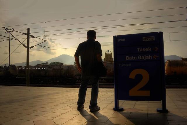 berdiri menanti keretapi
