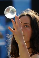 Il mondo con un dito (Dubbafetta) Tags: donna circo viso palle vita bellezza mondo gitana acrobata gitani