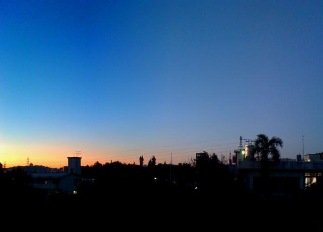 今日の夕暮れ…青からオレンジのグラデーションが美しい…んだけど…むむ☆…雲が見あたらない!(沖縄では珍しい)
