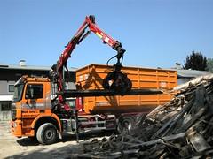 3 - 3-Achser Holz-Kran beim Verladen von Altholz