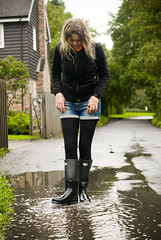 Herts_Walking_24 (jjay69) Tags: uk england woman wet water walking puddle boots shorts splash wellies waders rubberboots hertfordshire hotpants herts cleaningboots