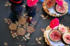 Crostatine ai fichi freschi con confettura ai petali di rose e ricotta