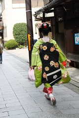 Hurrying Fumitama (Toshiha_DrowElfMorwen) Tags: maiko geisha miyagawacho