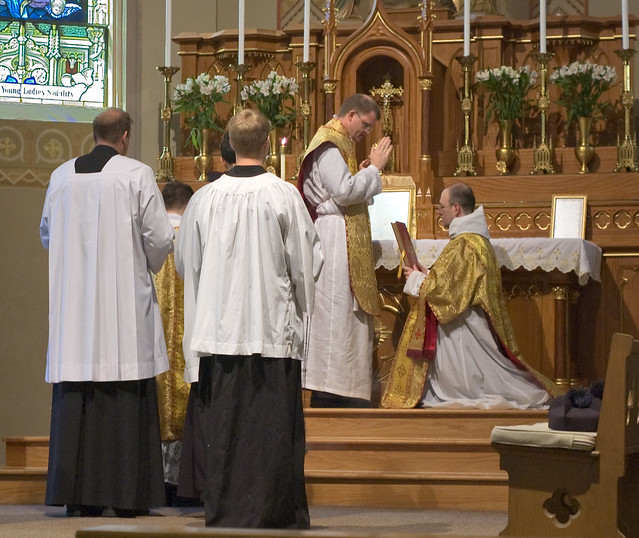 Father David Kemna, FSSP, at Saint Francis of Assisi Catholic Church, in Portage des Sioux, Missouri, USA - blessing before the Gospel
