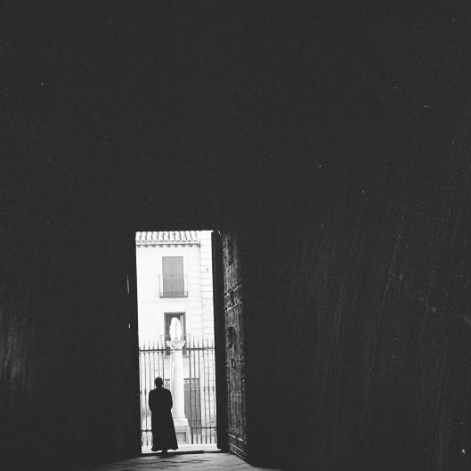 Puerta de los Leones vista desde el interior de la Catedral de Toledo en septiembre de 1962. Fotografía de Harry Weber. Österreichische Nationalbibliothek