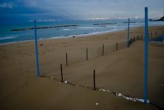 Mare autunnale. Termoli, virgola. (mauz sindaco con il sarong) Tags: mare autunno pioggia spiaggia lido sabbia termoli molise stabilimento mauz uggioso uggia tisvegliatermoli