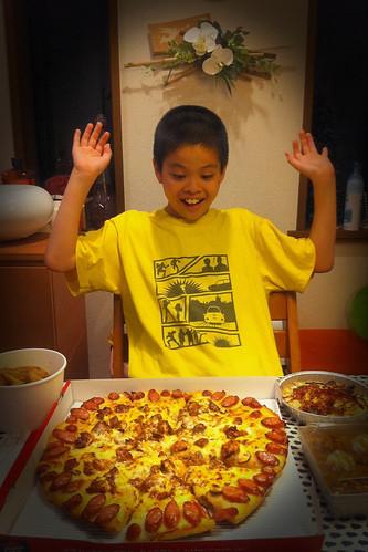 今日は娘と嫁がいないので、息子と二人でピザハット。誕生日のなんかもついてきて食べきれないほどの量に!