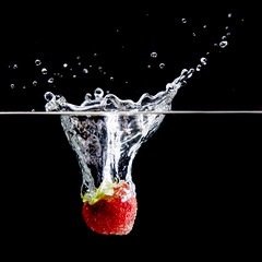 strawberry suicide (Mr Din) Tags: cactus black water drops flash fishtank wireless splash 2010 flashes canon580ex strobist wirelesstrigger strobism cactusflash cactusv4