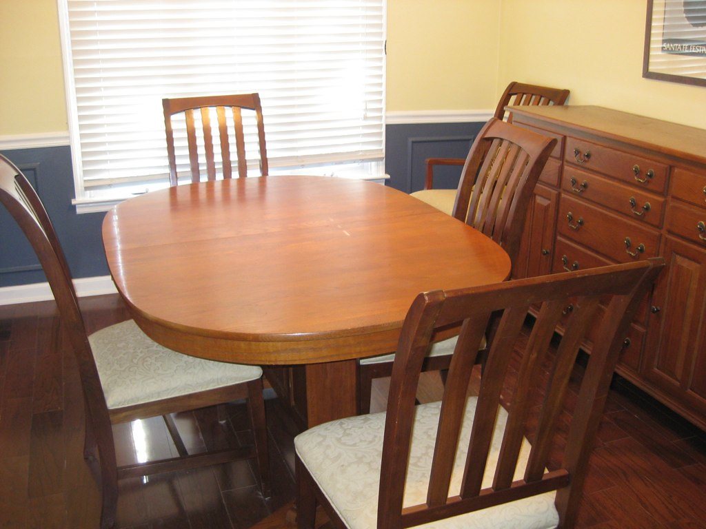Oak Dining Room Table & Chairs $600