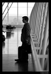 Esperando (Jackson Carvalho) Tags: sol brasil photography solar photo capital aeroporto pb senado fotografia avio crepusculo turismo viagens esperando federal homem nacional espera brasilia congresso gol lazer viajar senhor entardecer asas colunas infraero monocromatico anac taxiar aeronave caudas