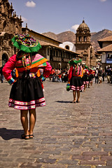 Procession sur la place des Armes à Cuzco (Jean-Philippe Arnaud) Tags: cuzco perú pérou tamronspaf1750mmf28xrdiiildasphericalifmodela16 angus1989 jeanphilippearnaud