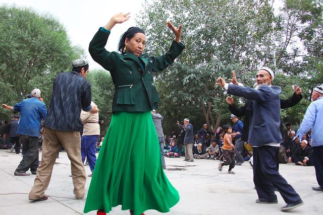 ヤルカンドのマシュラップで踊る人々
