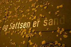 - og Sattsen er sand (Eik) Tags: street fall sign yellow oslo norway night geotagged gold outdoor streetlamp no d80 akershusfylke
