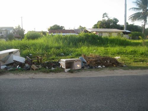 Groot vuil langs de Brokopondolaan