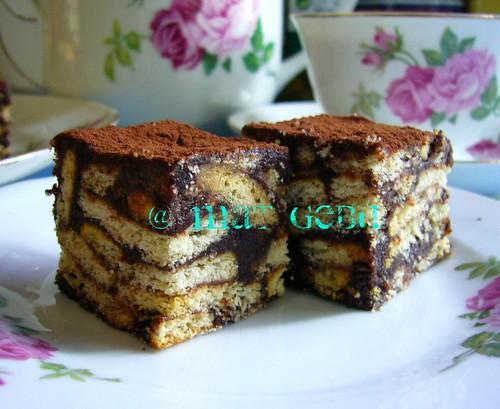 250 gram biskut marie, dipatah 4 (mat gune jenama Munchies)