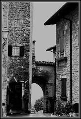 Piccolo mondo antico (<NERVO> Luca) Tags: italia bianco arco borgo nero architettura paese romanzo fogazzaro piccolomondoantico