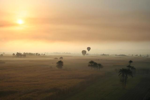 paisagem com Balões de ar quente no Vale dos Reis em Luxor no Egipto