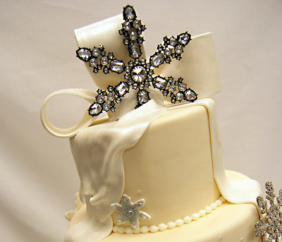 Traditional theme is common in winter wedding so the cake has to match with