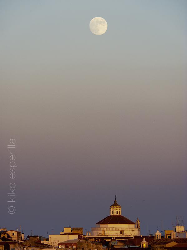 La luna sale a pasear por la ciudad