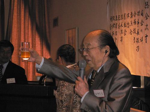 2005年の総会で乾杯をされている田中先生