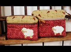 NCeSsAiReS FaZeNdInHa (DoNa BoRbOlEtA. pAtCh) Tags: sheep handmade ncessaires donaborboletapatchwork denyfonseca oavelhas quiltivre