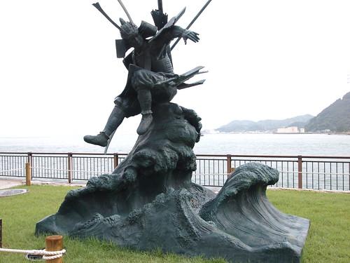 壇ノ浦古戦場の源義経「八艘飛び」像