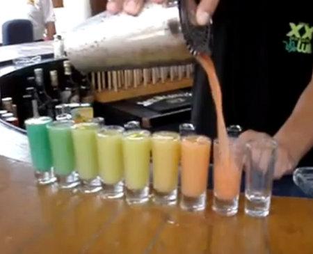 Vasos de diferentes colores desde una misma coctelera